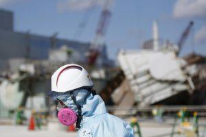 3月10日、福島第1原発の原子炉に送り込まれたロボットは息絶え、凍土壁はいまだ完成していない。そして、高濃度汚染水をどう処理すればいいのか、関係当局は依然として途方に暮れている。写真は2月10日、福島第1原発で、防護服を着た東京電力の職員(2016年 ロイター/Toru Hanai)